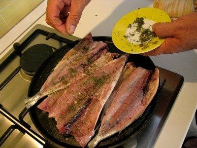 посыпаем рыбу орегано