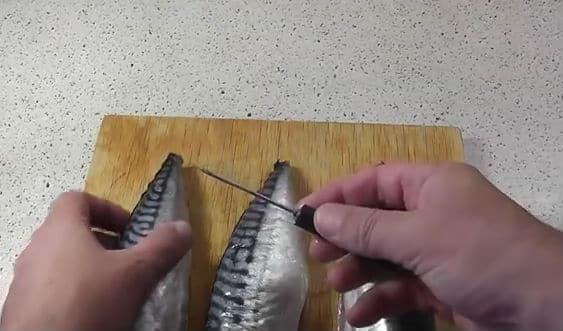 протыкаем рыбу шилом