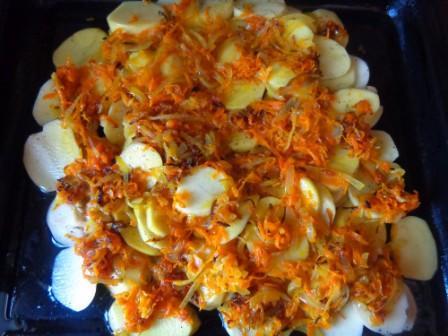 выложить морковку на картошку