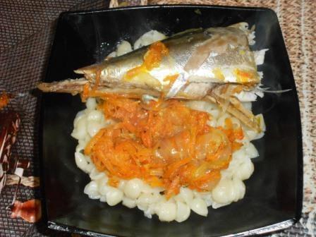 скумбрия с луком и морковью