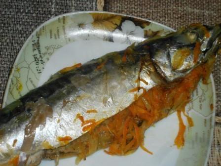 скумбрия запеченная в духовке с морковкой и луком
