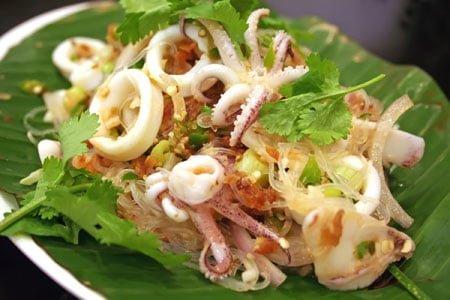 салат с пряными кальмарыми
