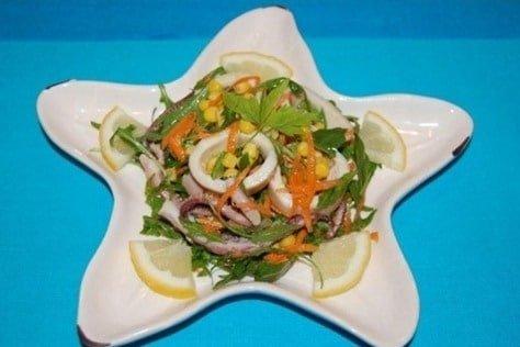 салат кальмары кукуруза