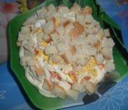 Салат с сухариками и рыбными консервами