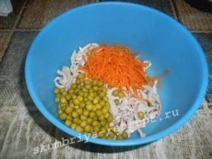 добавить морковку и горошек