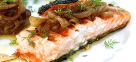лосось с помидорами и луком