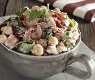 салат с нутом, тунцом и рукколой