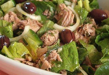 салат с тунцом и салатным листом