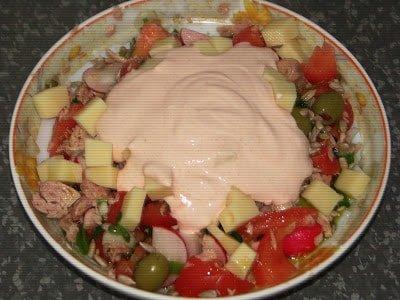 салат с тунцом и сметанным соусом