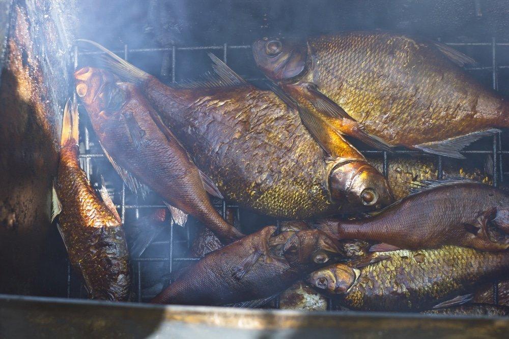 рыба коптится в коптильне