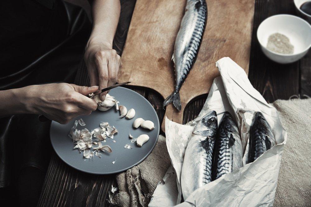 женщина готовит скумбрию