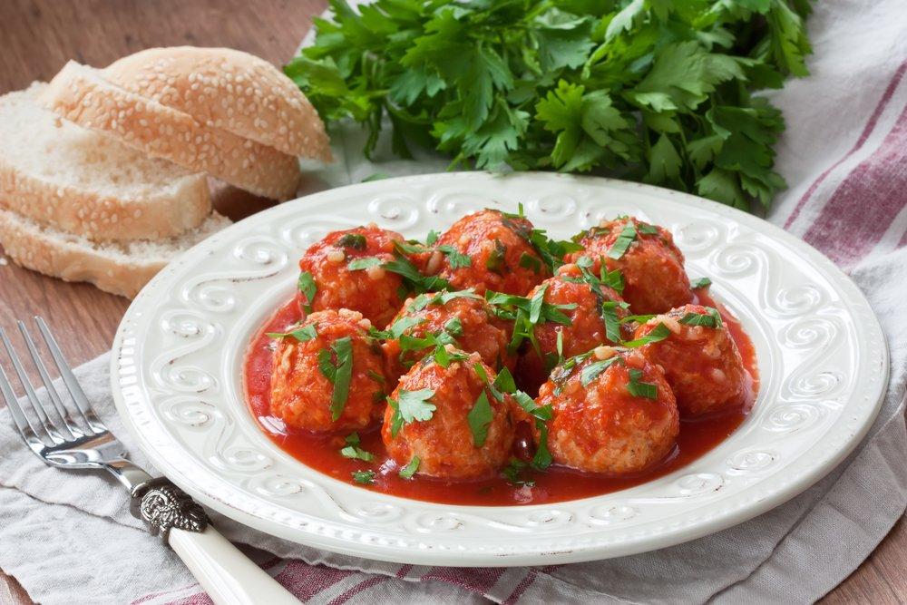 Рыбные фрикадельки с рисом в томатном соусе