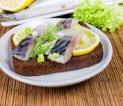 Популярные рецепты бутербродов с соленой скумбрией