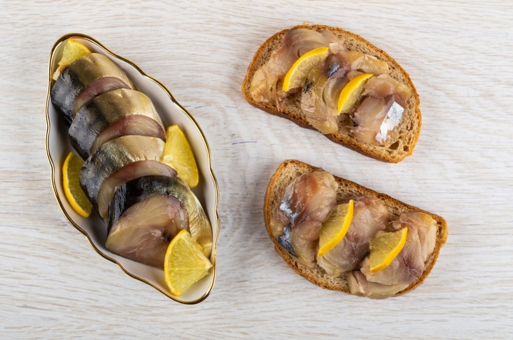 Праздничные бутерброды с соленой скумбрией