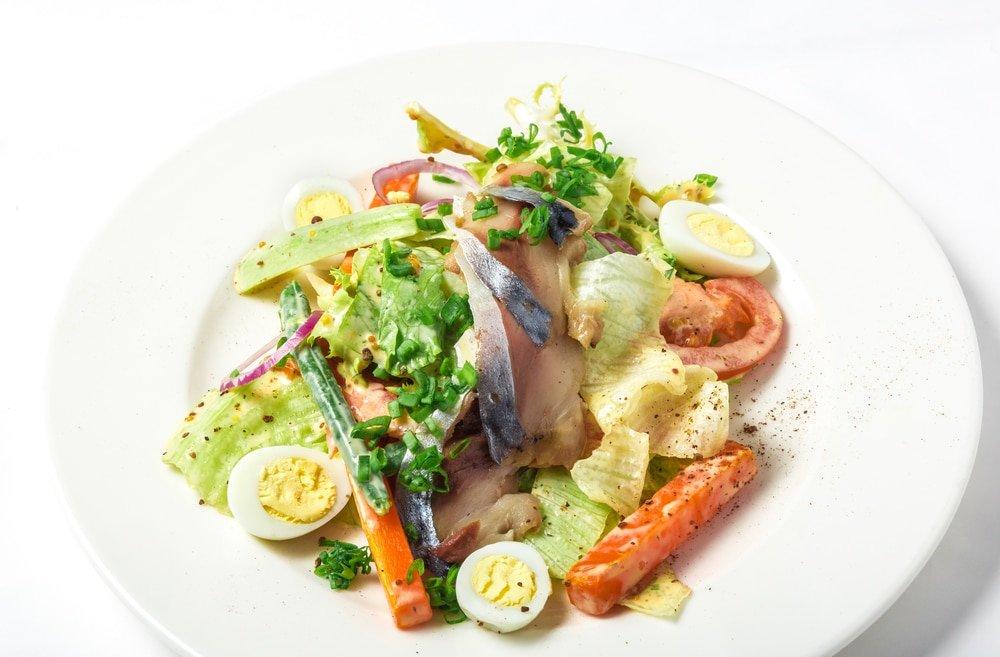 Простой салат из слабосоленой скумбрии