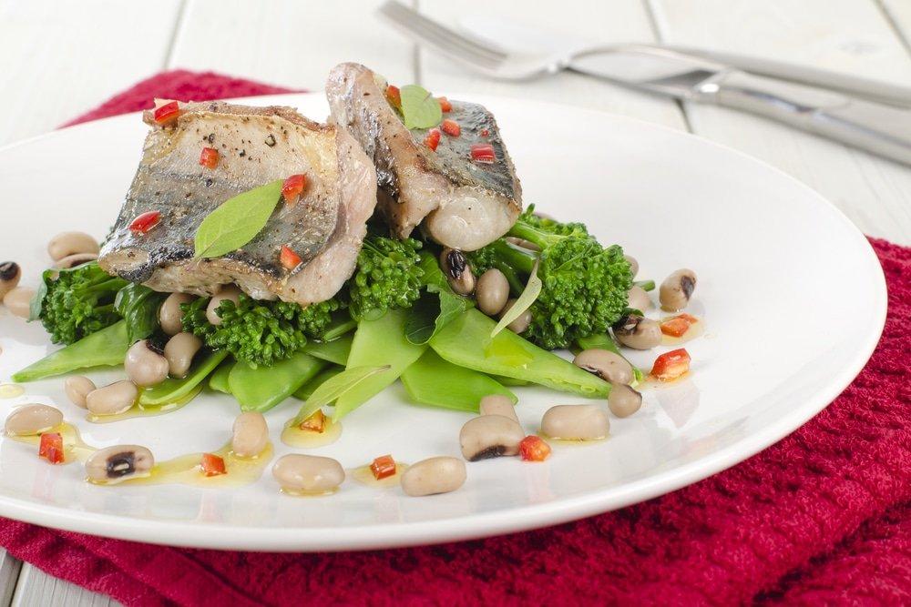Оригинальный салат из слабосоленой скумбрии