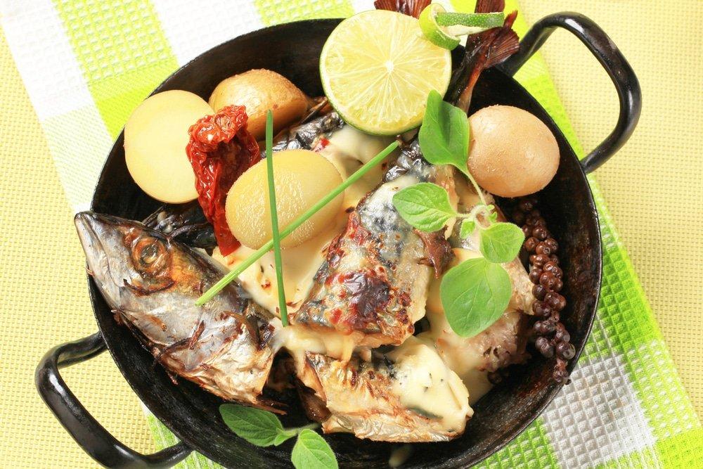 Тушеная скумбрия с овощами на сковороде